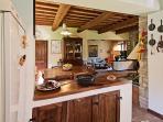 zona cucina che tavolo pranzo e salone a vista
