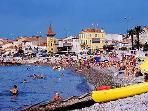 L'été, les plages du Cros de Cagnes offrent tout pour le plaisir des vacanciers.