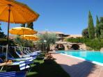 Vista sulla piscina esterna 9x20 mt con Cascate Idromassaggioi