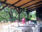 Terrasse ombragée Petit Déjeuner chez Les Coukis