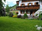 Un ampio giardino  e verdi prati circondano  la nostra Casa: strada privata di accesso e posto auto