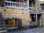 Façade centrale vue de la terrasse. Acces à la galerie extérieure par l' escalier en pierres