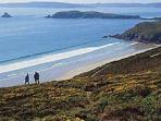 L'île de l'Aber en arrière plan, le sentier côtier (GR34) surplombant la Plage du Poul