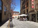 Calle peatonal con terrazas
