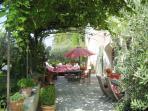 Vue laterale de la terrasse ombragee très agreable l'été/tres bons raisins à déguster en saison