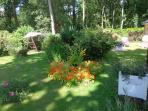 jardin devant terrasse avec balancelle