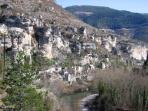 Le village blotti sous les falaises