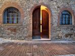 Portone storico d'ingresso all'appartamento Triano