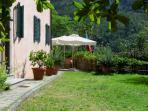 Il prato della villa storica dove trascorse le vacanze Antonio Pacinotti, l'inventore della din