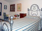 il letto in ferro battuto della camera singola, che ha pure un comò restaurato dei primi del '9