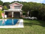 Vista general jardín y casa con piscina