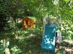 Des jeux pour les enfants dans le jardin de la maison , cloturé et ombragé