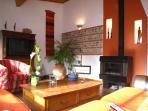 grand salon avec son mur de briquettes et galets