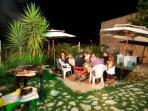 Il giardino con barbeque dove la sera si organizzano serate di degustazione enogastronomica.