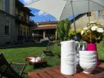 Nella bella stagione puoi gustarti la colazione in giardino