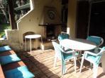 Patio esterno con tavolo da pranzo esterno e caminetto
