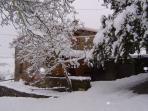 Fachada de la casa con nieve