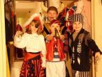 Spielekeller, begehbarer Kleiderschrank mit Märchenkostümen für die Kinder