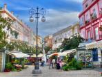 Plaza Las Flores, zona de cafeterías y comercios.