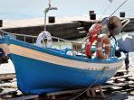 una barchetta dei pescatori al molo di Sampieri a 50 m