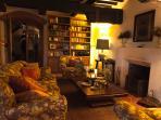 L'arredamento è caldo e accogliente e la collezione privata di libri, a disposizione