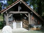 Le barbecue est situé a 15 m de la maison avec mise a disposition  du bois incluse