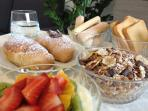 Help yourself with fresh pastries, fresh fruit, youghurt and granola!