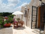 Trullo Olivo - Dining on the terrace