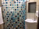 Banheiro com chuveiro elétrico e ducha higiênica
