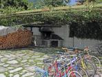 giardino esterno: caminetto e biciclette