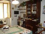 La cucina di famiglia, con soffitto in mattoni e travi, dove si fa colazione quando è brutto tempo
