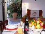 zona pranzo con tavolo rotondo per 6 persone con affaccio sul giardino principale e retrostante