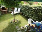 giardino  privato retrostante attrezzato con barbecue, tavolo con sedie e sdraio