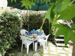 angolo del giardino attrezzato per mangiare e vivere all'aperto