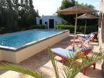 Piscine et salon marocain dans le jardin