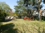 Large private garden with sunloungers and armchairs. Grand jardin 1200m2 avec fauteuils etc.