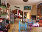 Salon avec cheminée, oeuvres d'art, chaine hifi, internet haut débit, wifi ...