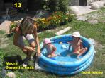 pomeriggio d'estate con i bimbi che fanno un bagno