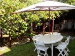 Tavolo esterno con ombrellone