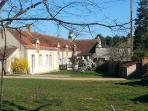 Jardin privatif de 150 m² avec salon de jardin. accès direct aux chemins de randonnées