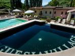 Resort Borgo Santa Lucia angolo idromassaggio con cascata sulla piscina