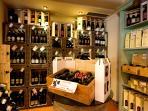 Resort Borgo Santa Lucia Enoteca con le migliori etichette umbre e prodotti tipici