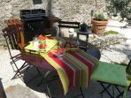 Salon de jardin et barbecue
