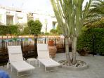 giardino con vista sulla piscina condominiale app:A