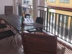 Terraza con mesa para 10 personas.