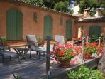 terrasse de près de 100 m² devant la maison
