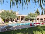 la villa avec son pool house et sa piscine de 15x5 chauffée .