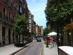 Calle de San Bernardo. A la izquierda, en color naranja, el edificio del apartamento
