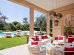 La terrasse avec son grand salon pour la détente .