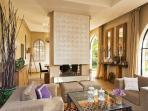 Salon,salle à manger séparés par une cheminée centrale avec sa calligraphie arabe.